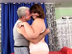 Obese Babe Receives a Raunchy Massage
